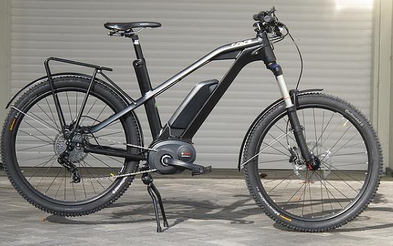 Foto: Auf dem Foto ist ein E-Bike abgebildet, dass vor einer geschlossenen Garage steht.