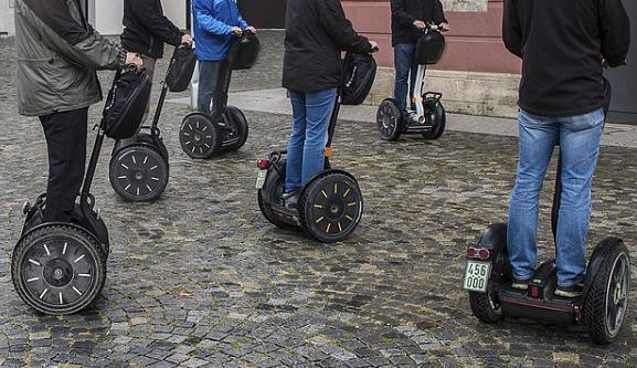 Foto: Auf dem Foto ist eine Gruppe von Segwayfahrern zu sehen.