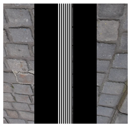 Bildbeschreibung: Das Bild 10 zeigt die Anordnung eines weißen Leitstreifens auf einer Gehfläche mit groben Granitsteinen, der beidseitig mit schwarzen Begleitstreifen umgeben ist. Ende der Bildbeschreibung.