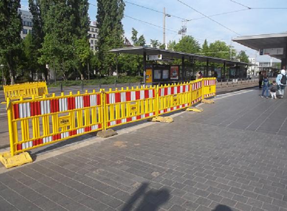 Bildbeschreibung: Das Bild zeigt ein gelbes, bis ca. 15 cm über den Boden herabreichendes Baustellenabsperrgerät. Ende der Bildbeschreibung.