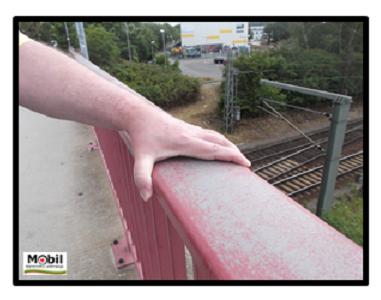 Bildbeschreibung: Das Bild 2 zeigt einen sehr breiten Handlauf. Es ist der dort zu sehenden Hand nicht möglich diesen zu umfassen. Ende der Bildbeschreibung.