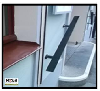 Bildbeschreibung: Das Bild 3 zeigt einen flachen stahlbandförmigen Handlauf. Ende der Bildbeschreibung.