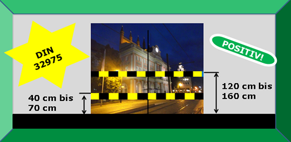 Bildbeschreibung: Das Bild 3 zeigt den Blick auf das nächtlich angeleuchtete Rostocker Rathaus durch eine Glastür mit visueller Kennzeichnung. Ende der Bildbeschreibung.