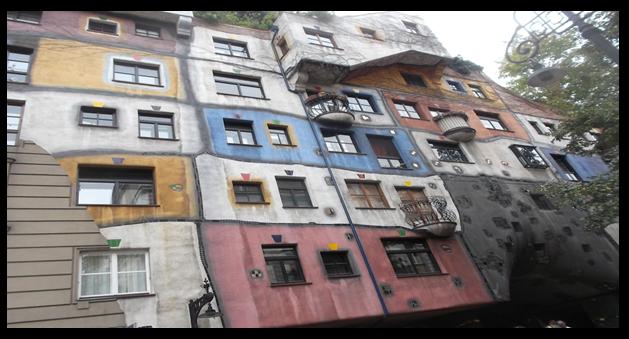 Bildbeschreibung: Auf dem Bild 1 ist ein Wohngebäude mit unterschiedlichen Fenstergrößen und -formen sowie einer verschieden farbig gestalteten Hausfassade zu sehen. Ende der Bildbeschreibung.