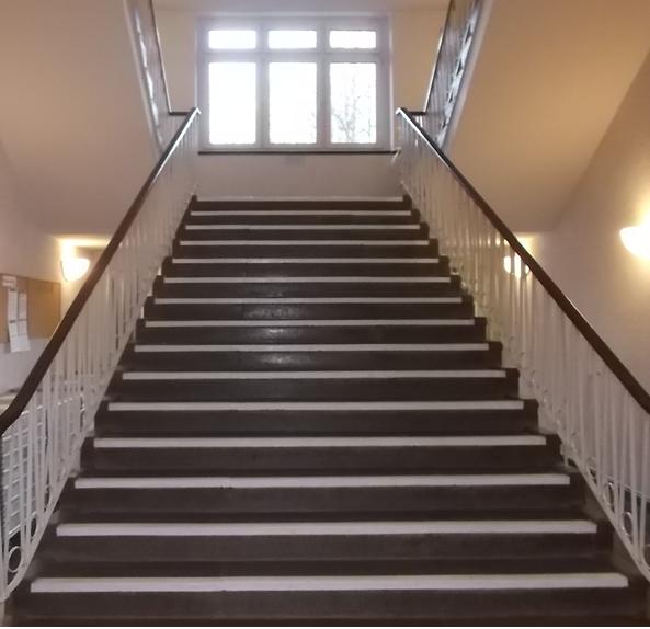 Bildbeschreibung: Auf dem Bild 4 ist eine aufwärtsführende Treppe, mit einer Stufenmarkierung an allen Tritt- und Setzstufen, abgebildet. Ende der Bildbeschreibung.