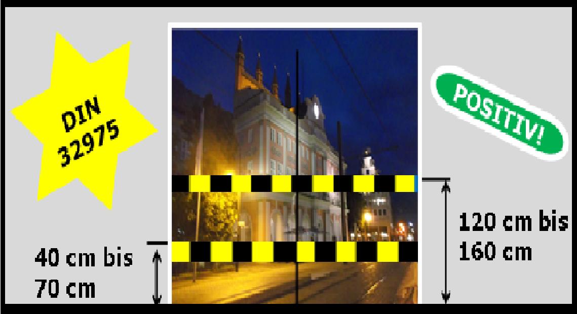 Bildbeschreibung: Blick durch eine Glastür zum nächtlich beleuchteten Rostocker Rathaus. Es enthält den Hinweis auf DIN 32975 sowie die vorzusehenden Maße für die Markierungsstreifen. Ende der Bildbeschreibung.