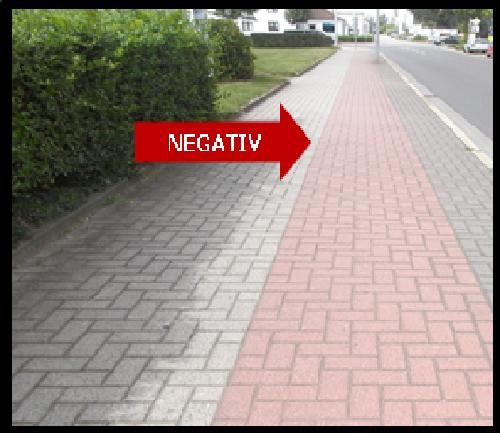 Bildbeschreibung: Auf dem Bild 10 verläuft unmittelbar neben dem Fußweg ein höhenniveaugleicher Radweg. Beide Wege haben eine fugenarme Pflasterung. Der Radweg unterscheidet sich lediglich durch seine rote Farbgebung vom grauen Gehweg. Ende der Bildbeschreibung.