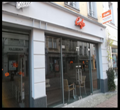 Bildbeschreibung: Das Bild 3 zeigt die Glasfassade eines Kaffees am seitlichen Gehwegrand. Ende der Bildbeschreibung.