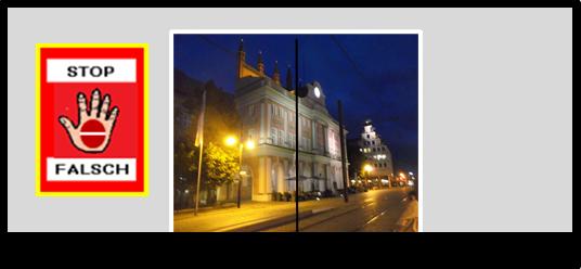 Bildbeschreibung: Der Betrachter richtet seinen Blick auf das nächtlich beleuchtete Rostocker Rathaus durch eine Glastür. Ende der Beschreibung.