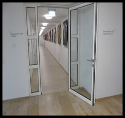Bildbeschreibung: Das Bild 2 zeigt eine offenstehende Glastür in einem Flur. Ende der Beschreibung.